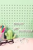 Назад к месту для работы школьных принадлежностей пастельному с карандашами, стекла, кактусы вычисляют и деревянные письма на дос Стоковая Фотография RF