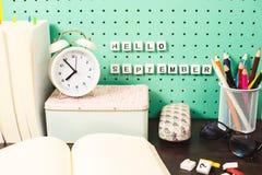 Назад к месту для работы школьных принадлежностей пастельному с карандашами, стеклами, коробкой кактусов и деревянными письмами н Стоковое Фото