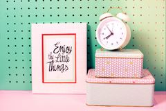 Назад к месту для работы школьных принадлежностей пастельному с будильником, ящики для хранения, рамка Стоковая Фотография RF