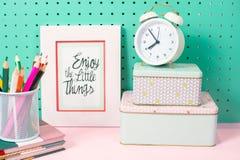 Назад к месту для работы школьных принадлежностей пастельному с будильником, ящики для хранения, рамка, карандаши Стоковые Фотографии RF
