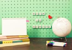 Назад к месту для работы школьных принадлежностей пастельному с ультрамодными деталями и деревянными письмами на доске, пустой бл Стоковое Изображение