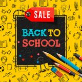 Назад к плакату и знамени с красочным названием и элементам продажи школы в черной и желтой предпосылке для розницы Стоковое Изображение RF