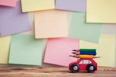 Назад к предпосылке школы с миниатюрный красный носить автомобиля красочные карандаши над красочными stikers на стене стоковые фотографии rf
