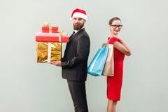 назад к Профилируйте человека взгляда в красных шляпе и женщине в красном платье Стоковые Изображения