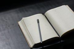 Назад к сочинительству черноты тетради Noteblock школы ручка замечает лето стоковое фото rf