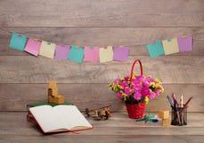 Назад к школе и счастливому времени Книги и карандаши на столе на начальной школе Стоковые Изображения