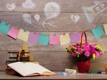 Назад к школе и счастливому времени Книги и карандаши на столе на начальной школе Стоковое Изображение RF