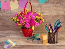Назад к школе и счастливому времени Книги и карандаши на столе на начальной школе Стоковые Изображения RF