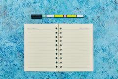 Назад к школе, концепции образования - концу-вверх шариковой ручки и compositional книге на фоне нового стоковое изображение
