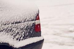 Назад автомобиля покрытого с снегом после снежностей конец вверх Стоковые Фото