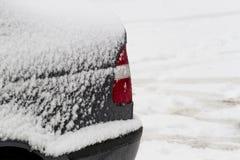 Назад автомобиля покрытого с снегом после снежностей конец вверх Стоковое фото RF