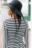 Назад африканской модели, нося черной шляпы и striped шляпы Стоковые Изображения RF