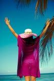 назад девушки очарования сексуальной модельной в красочных ткани и sunhat Стоковая Фотография RF