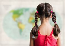 Назад девушки с оплетками против расплывчатой карты Стоковые Фото