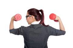 Назад здоровых азиатских гантелей подъема бизнес-леди Стоковое фото RF