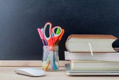 Назад к концепции школы с школьными принадлежностями Стоковая Фотография RF