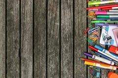 Назад к предпосылке школы деревянной с красочными школьными принадлежностями Стоковое Изображение RF