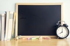 Назад к предпосылке школы на деревянном столе Стоковые Изображения