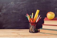 Назад к предпосылке школы с книгами, карандашами и яблоком стоковые фотографии rf