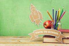 Назад к предпосылке школы с книгами, карандаши и картон выпускают ракету стоковые фото