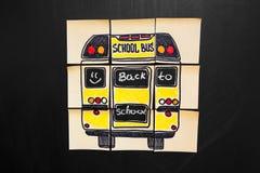 Назад к предпосылке школы с ` названия назад к ` ` школы и школьного автобуса ` написанному на желтых кусках бумаги Стоковое Изображение