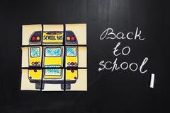Назад к предпосылке школы с ` названия назад к ` ` школы и школьного автобуса ` написанному на желтых кусках бумаги Стоковые Изображения RF
