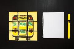 Назад к предпосылке школы с ` названия назад к ` ` школы и школьного автобуса ` написанному на желтых кусках бумаги и тетради Стоковое Изображение