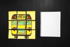 Назад к предпосылке школы с ` названия назад к ` ` школы и школьного автобуса ` написанному на желтых кусках бумаги и тетради Стоковые Изображения