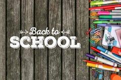 Назад к тексту школы на деревянной предпосылке с школьными принадлежностями Стоковая Фотография RF