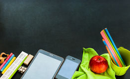 Назад к устройствам школы канцелярские принадлежности поставляют концепцию Стоковое фото RF