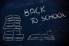 Назад к школе: куча книг, открытой книги и яблока Стоковое фото RF