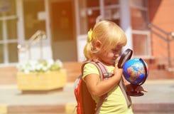Назад к школе - маленькой девочке на preschool или daycare стоковая фотография