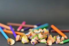 Назад к школе: Покрашенные карандаши и shavings карандаша Стоковые Фото