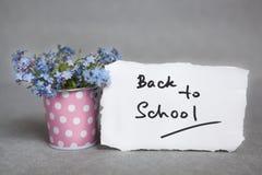 Назад к школе с голубыми цветками на сером цвете Стоковое Изображение RF