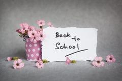 Назад к школе, слова с розовыми цветками Стоковое Изображение