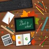 Назад к школе - таблетке, клавиатуре, калькулятору, листьям осени и школьным принадлежностям на деревянной предпосылке - взгляд с Стоковая Фотография RF