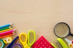 Назад к школьным принадлежностям, аксессуары канцелярских принадлежностей на деревянной предпосылке, взгляд сверху Стоковое Изображение