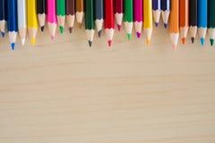 Назад к школьным принадлежностям, аксессуары предпосылка карандашей канцелярских принадлежностей красочные, взгляд сверху плоское Стоковое фото RF