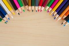 Назад к школьным принадлежностям, аксессуары предпосылка карандашей канцелярских принадлежностей красочные, взгляд сверху плоское Стоковая Фотография RF
