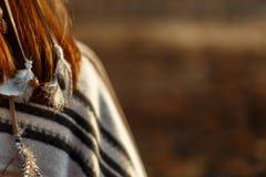 Назад родной индийской американской женщины идя в горы в кануне стоковое фото