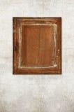 Назад старой деревянной картинной рамки на старой стене Стоковое Изображение RF