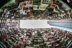 Назад толпить здания стойка окружила малое общее в h Стоковое Изображение