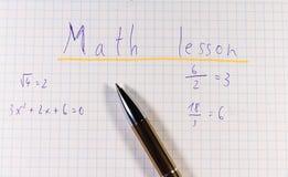 Название квадратной бумаги с золотой ручкой Название урок математики потому что школа здесь стоковое фото
