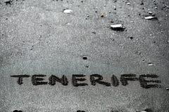 Название текста Тенерифе на вулканической отработанной формовочной смеси пляжа стоковые изображения