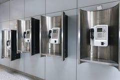 Наземная линия знонит по телефону в аэропорте стоковые изображения