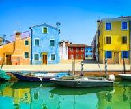 Наземный ориентир Венеции, остров Burano канал, цветастые дома и шлюпки, Италия Стоковая Фотография RF