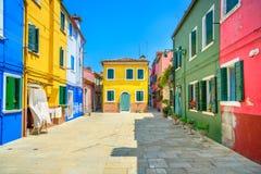 Наземный ориентир Венеции, улица острова Burano, цветастые дома, Италия Стоковое Фото