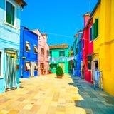 Наземный ориентир Венеции, улица острова Burano, цветастые дома, Италия Стоковые Фотографии RF