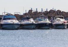 Наземный ориентир острова Родоса, порт Mandraki, Греция роскошная белая большая яхта 4 на анкере Стоковые Изображения