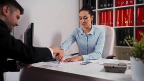 Назначение между коммерсанткой и клиентом в офисе сток-видео